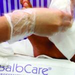 7.Retire las zapatillas delicadamente recogiendo la mayor cantidad de producto. Es importante saber hacer este paso para facilitar la limpieza de los residuos de emoliente. Aproveche el resto de emoliente para realizar un masage en los pies. (Si no realiza este procedimiento en cuanto el plástico no este sobre la piel, puede reaccionar como exfoliante, irritando la piel)