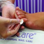 8.Con ayuda de un algodón, aplique un poco de acetona sobre cada uña. Este cuidado activa quimicamente el exclusivo polímero fijador del esmalte de uñas.