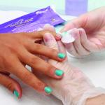 1. Retire el esmalte de uñas y lime las uñas de la primera mano.