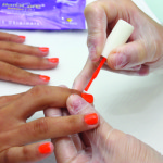 8. Con ayuda de un algodón, aplique un poco de acetona sobre cada uña. Este cuidado activa quimicamente el exclusivo polímero fijador del esmalte de uñas.