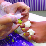 9.Finalice con la aplicación de una base de esmalte de uñas. Acabe como tenga costumbre.   (El palito y la lima son de un solo uso y deben regalarse a la clienta o tirararse a la basura)